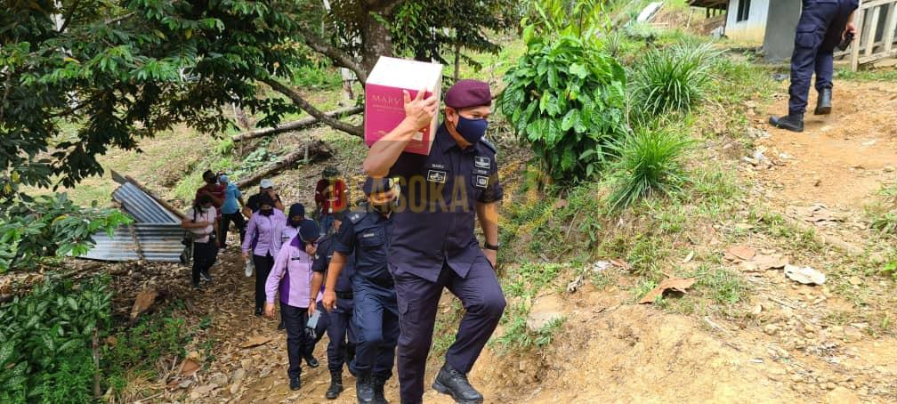 Polis harungi cabaran redah bukit bukau, jalan berbatu agih kotak makanan