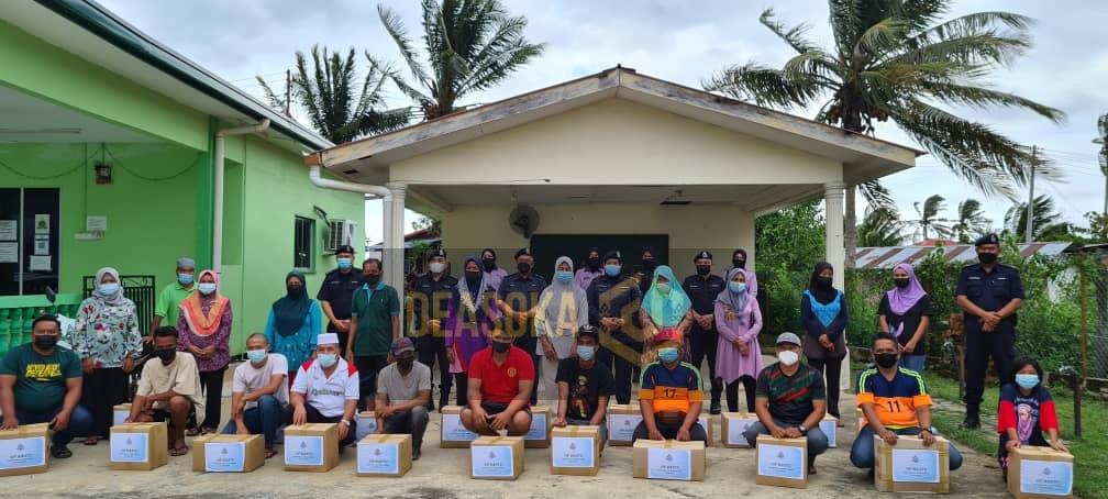 Polis Sabah agih bakul makanan kepada 50 keluarga