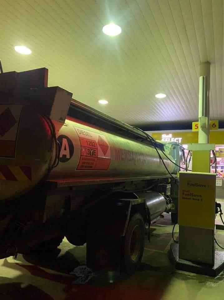 Lori bawa muatan petrol ditahan