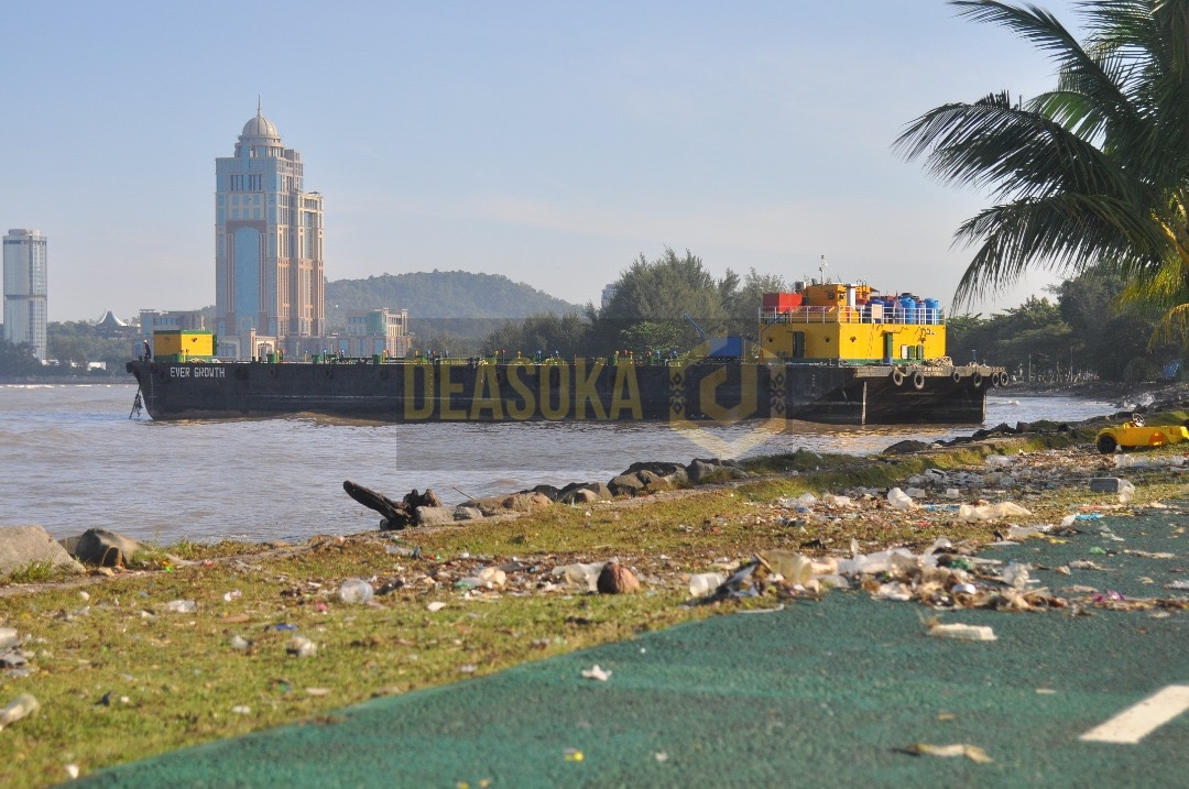 Kapal tongkang tersadai di tebing laut Teluk Likas